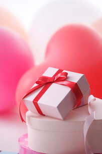 ハートの風船とプレゼントの写真素材 [FYI01640505]