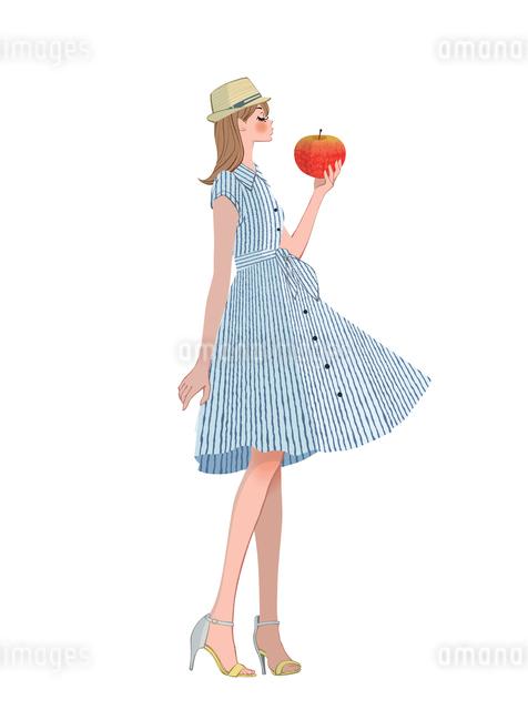 リンゴを持って立つ女性のイラスト素材 [FYI01640550]