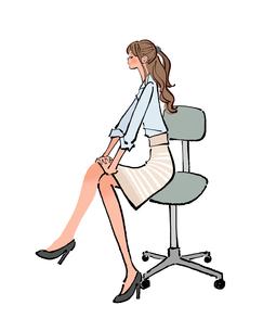 オフィスで椅子に座り太もものストレッチをするOLのイラスト素材 [FYI01640561]