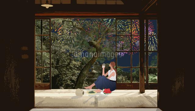 縁側に座ってスイカと枝豆を食べながらビールを飲み花火を見る女性のイラスト素材 [FYI01640570]