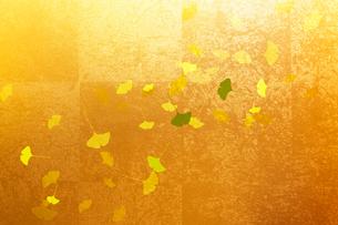 金屏風とイチョウの葉のイラスト素材 [FYI01640609]