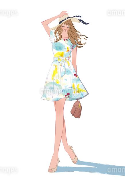 初夏にワンピースを着て帽子をかぶり歩く女性のイラスト素材 [FYI01640671]