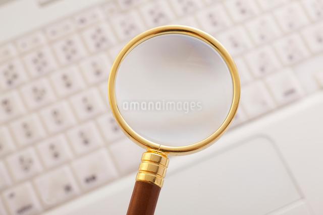 ノートパソコンと虫メガネの写真素材 [FYI01640733]