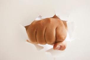 パンチを出す男性の手の写真素材 [FYI01640902]