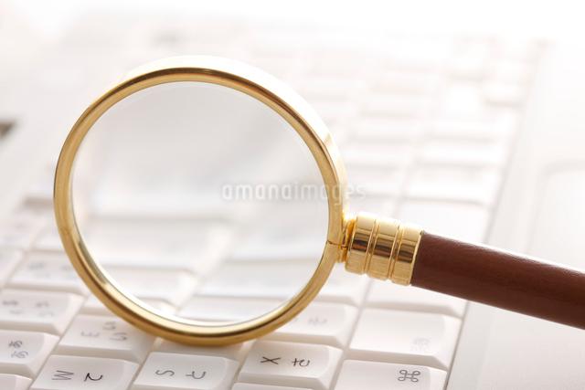 ノートパソコンと虫メガネの写真素材 [FYI01640915]