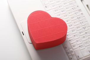 パソコンとハートのプレゼントの写真素材 [FYI01641092]