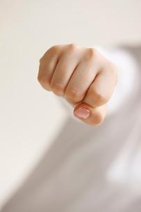 女性の拳の写真素材 [FYI01641149]