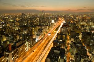 大阪の街並、本町から西側を望む夜景の写真素材 [FYI01641177]