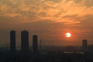 大阪の街並、本町から西側を望む夕日の写真素材 [FYI01641232]