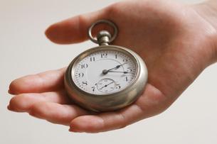 懐中時計を持つ女性の手の写真素材 [FYI01641235]