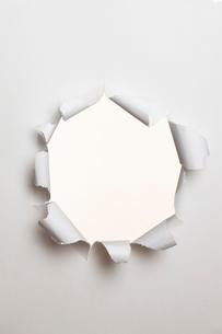 穴の開いた紙の写真素材 [FYI01641348]