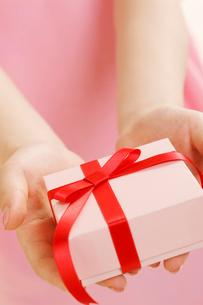 プレゼントを持つ女性の手の写真素材 [FYI01641746]