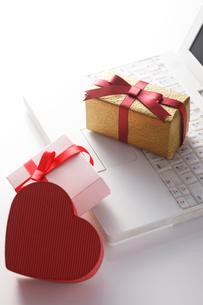 パソコンとプレゼントの写真素材 [FYI01641823]