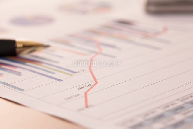 グラフの入った書類の写真素材 [FYI01641843]