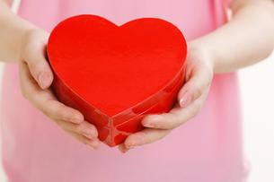 プレゼントを持つ女性の手の写真素材 [FYI01641867]