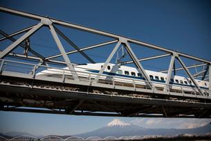 新幹線と富士山の写真素材 [FYI01641876]