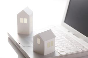 ノートパソコンと紙で作った家の写真素材 [FYI01641903]