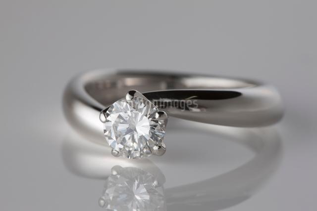 ダイヤモンドの指輪の写真素材 [FYI01642016]