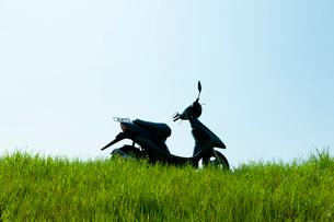 草原と原動付き自転車の写真素材 [FYI01642135]