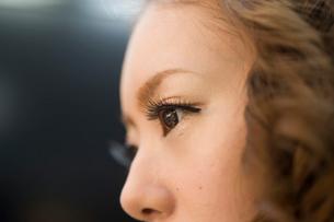 つけ睫毛の女性の写真素材 [FYI01642272]