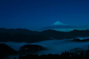 清水吉原の夜の富士山の写真素材 [FYI01642396]