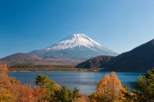 本栖湖と富士山の写真素材 [FYI01642571]