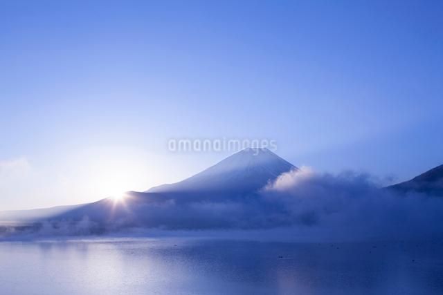 本栖湖から見た富士山と朝日の写真素材 [FYI01642634]