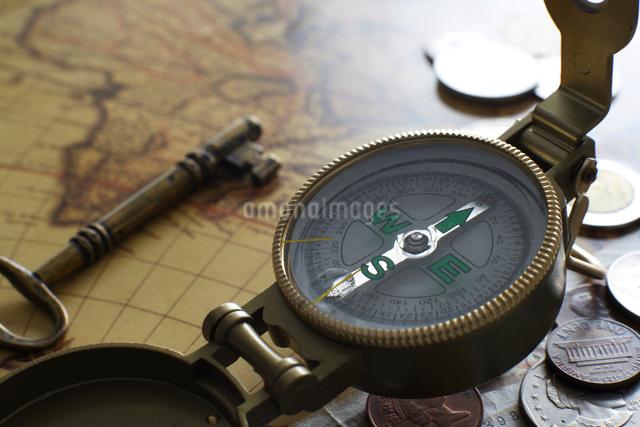 昔の外国のお金とコンパスの写真素材 [FYI01642698]