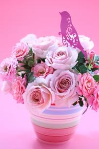 ピンクのお花と小鳥のアレンジの写真素材 [FYI01643235]
