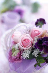 レースの布の上の白いかごに入った花の写真素材 [FYI01643249]
