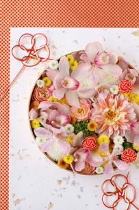 丸器に和花を敷き詰めた和のアレンジの写真素材 [FYI01643262]