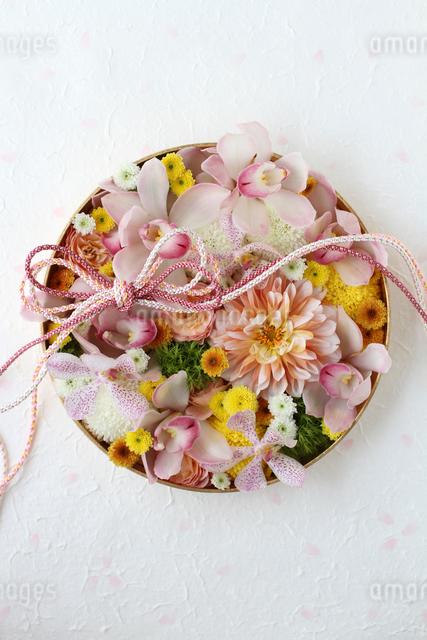 丸器に和花を敷き詰めた和のアレンジの写真素材 [FYI01643276]