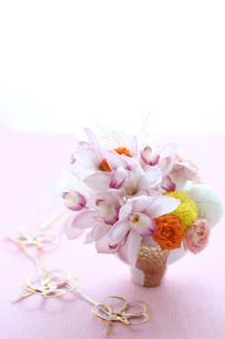 シンビ,マム,アスチルベ,バラアレンジと水引の写真素材 [FYI01643330]