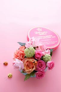 丸いボックスに入った色とりどりのお花とてんとう虫の飾りの写真素材 [FYI01643455]