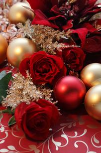 バラとポインセチアとクリスマスオーナメントの写真素材 [FYI01643477]