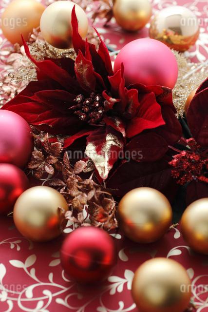 ポインセチアとクリスマスオーナメントの写真素材 [FYI01643481]