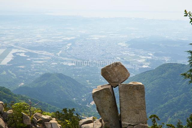 御在所岳の地蔵岩、絶対に落ちない奇岩の写真素材 [FYI01643534]