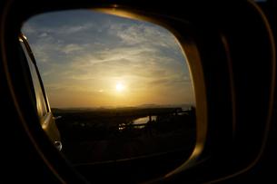 バックミラーに映る英虞湾の夕景の写真素材 [FYI01643599]