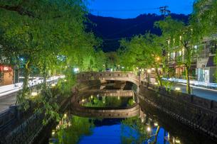 夜の城崎温泉街の街並の写真素材 [FYI01644095]