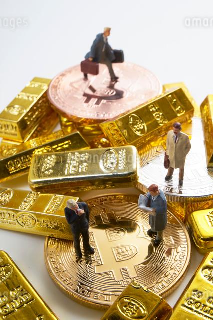 仮想通貨とミニチュア人形の写真素材 [FYI01644297]