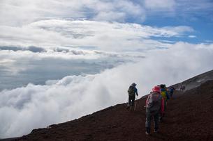 富士山山頂からの雲海の写真素材 [FYI01644331]