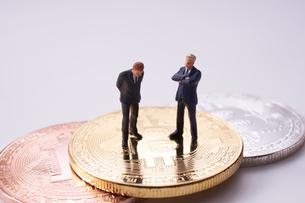 ビットコインとミニチュア人形の写真素材 [FYI01644375]