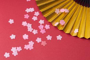 金の扇子と花びらの写真素材 [FYI01644426]