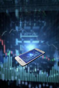 スマートフォンと株価のグラフのイラスト素材 [FYI01644736]
