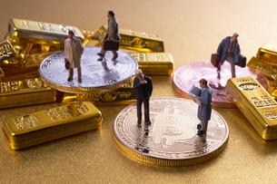 仮想通貨とミニチュア人形の写真素材 [FYI01644850]