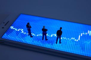 株価グラフとミニチュア人形の写真素材 [FYI01644851]