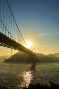 下関から北九州を望む関門橋の夜明けの写真素材 [FYI01645104]