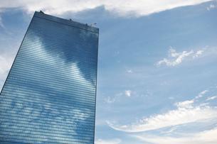 高層ビルに写る雲の写真素材 [FYI01645266]