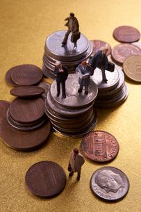 コインとミニチュア人形の写真素材 [FYI01645371]