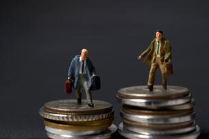 コインとミニチュア人形の写真素材 [FYI01645398]